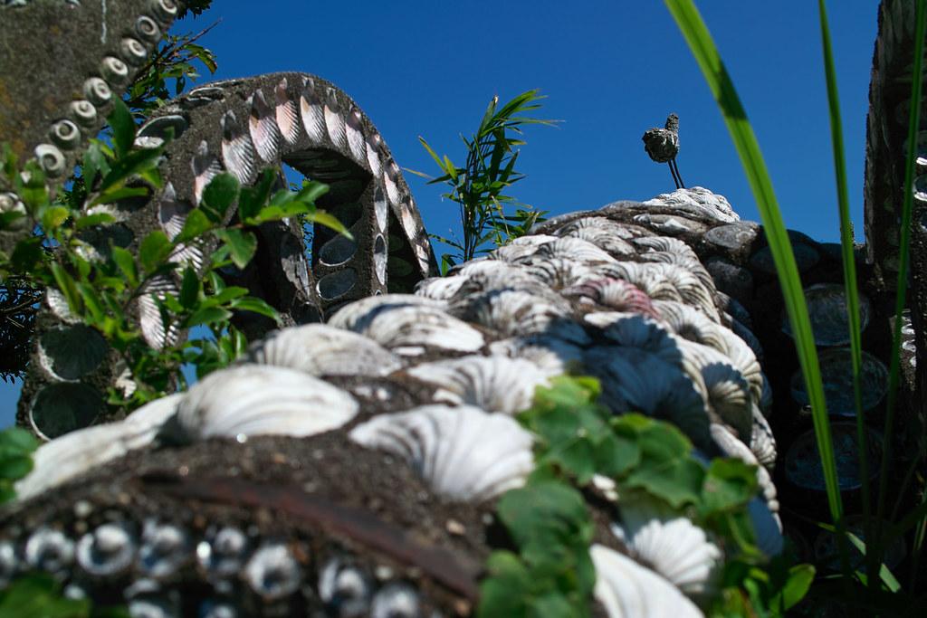 貝殻で覆われた砲台の上の貝殻で覆われた鳥