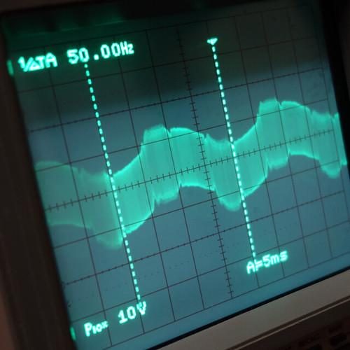 Oscilloscope_Old Network Switch On_Subwoofer On_F50_Pin5_1 オシロスコープの画面を撮影した写真。ノイズ波形が表示されている。