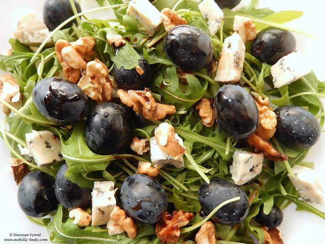 Salata cu struguri negri, gorgonzola si nuci