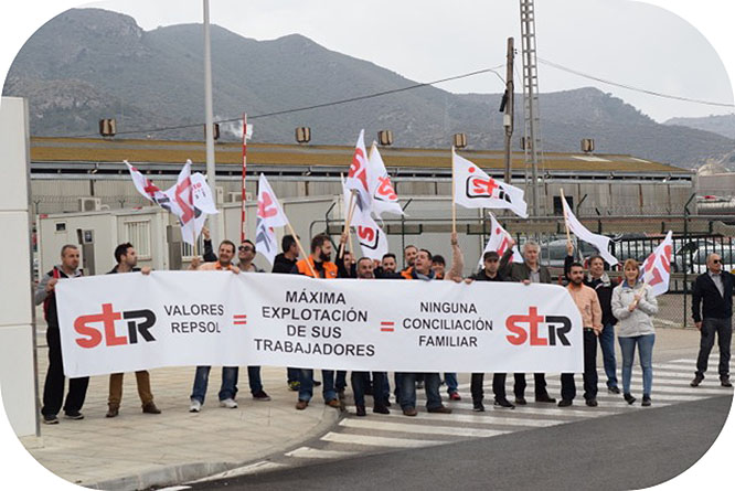 Trabajadores de Repsol se concentran ante el centro industrial de Cartagena