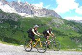 """Mit Andi Heckmair mit dem E-Bike rund um Oberstdorf. Unterwegs mit dem """"Vater der Transalp""""."""
