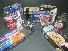 Star Wars (secret life) has added a photo to the pool:Within cans, Luke Skywalker, Han Solo and R2-D2, are starting a surprise attack to imperial troops in Hoth food store.------Dentro de la latas de conserva, Luke Skywalker, Han Solo y R2-D2, están comenzando un ataque sorpresa a las tropas imperiales en la tienda de alimentos Hoth.