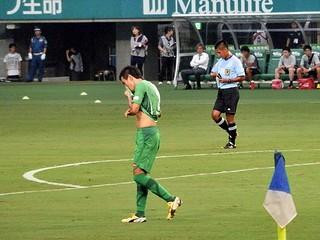 相手選手の細かいドリブルに足だけでボールを奪いにいってしまい、あっさり先制点を奪われる。