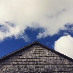 La arquitectura chilota es poderosa: bastan dos aguas y tejuelas y la naturaleza hace lo suyo.