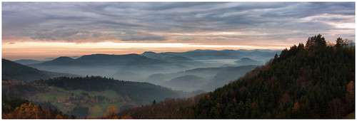sunset panorama mist mountain fog forest canon landscape golden soleil wide coucher panoramic alsace hour paysage foret brouillard vosges brume montagnes panoramique massif haut rhin 600d 1018mm