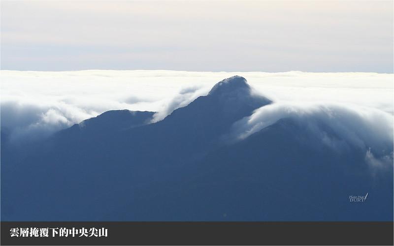 雲層掩覆下的中央尖山