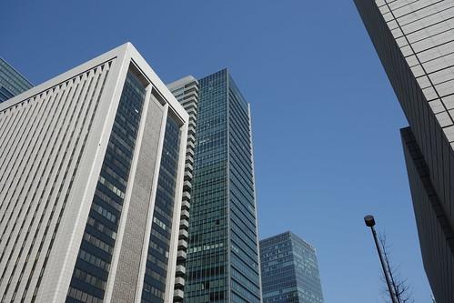 "Tokyo_20 東京都丸の内の高層ビルディング群を撮影した写真。 左側手前は ""三菱東京UFJ銀行本館"" 、左側中央は ""東京ビルディング"" である。"
