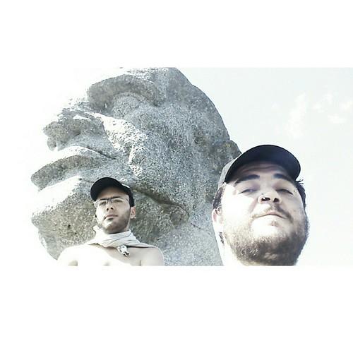 Con el busto de Sarmiento