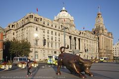 """Financial Bull"" stands on The Bund 2014 外滩金融牛 站在中山东一路"