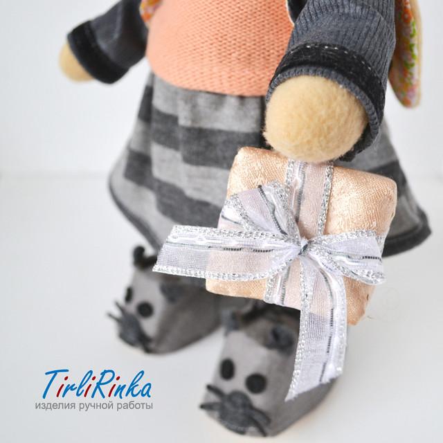 Зайка с подарком tirlirinka