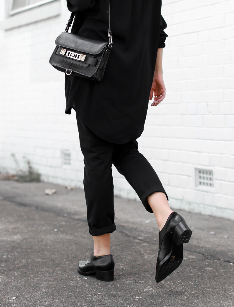 MODERN LEGACY fashion blog street style all black oversized shirt Proenza Schouler PS11 Mini bag boyfriend jeans loafers (1 of 1)