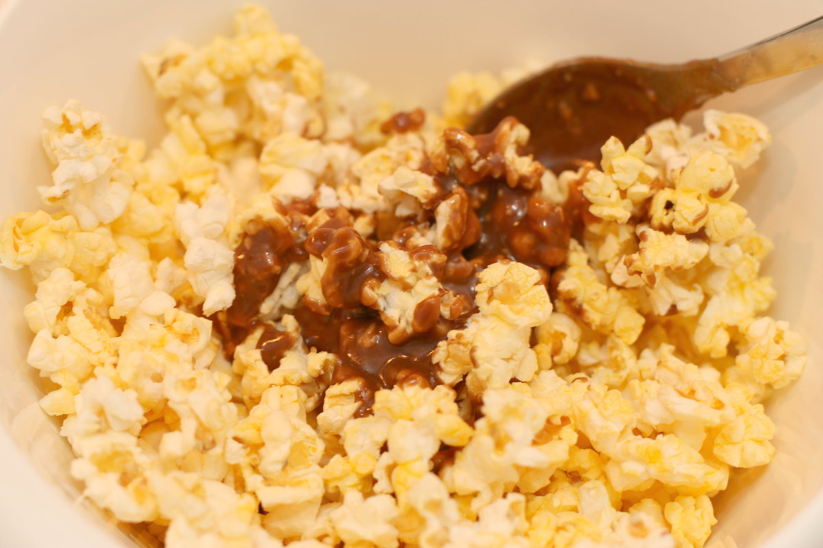 SNICKERS, Caramel Popcorn Recipe, #BigGameTreats, #shop, #cbias
