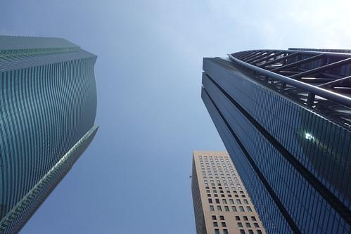 """Shimbashi_2 新橋で撮影した高層ビルディング群の写真。 左側は """"汐留シティセンター"""" で右側は """"日本テレビタワー""""。 地上からほぼ直上を見上げるようにして撮影したもの。"""
