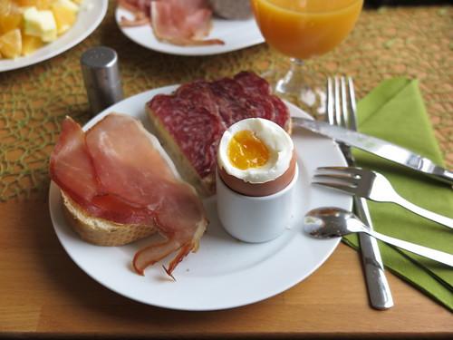 Schinkenspeck und Mettwurst zum Frühstücksei