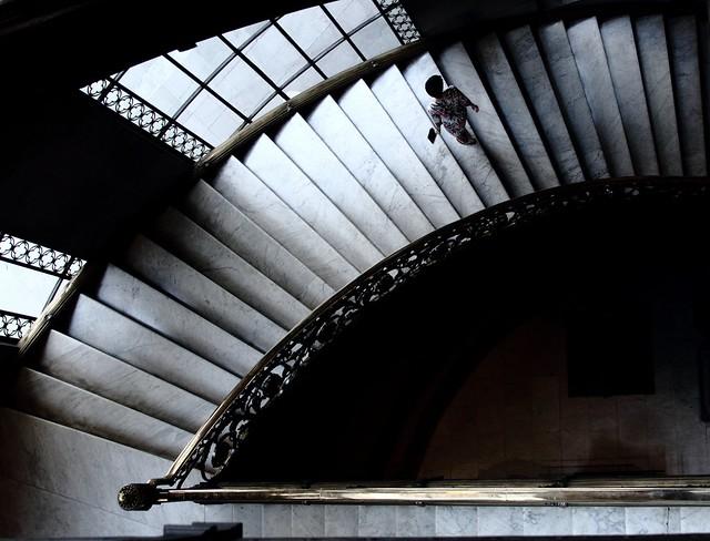 Mujer en las escaleras