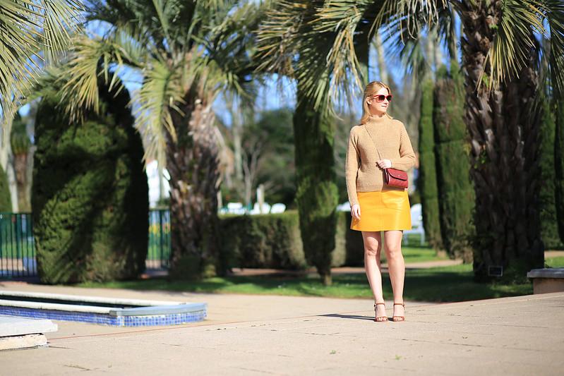 look printemps pull beige jupe jaune