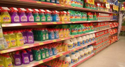超市貨架上各式各樣的清潔劑。圖片來源:主婦聯盟環境保護基金會