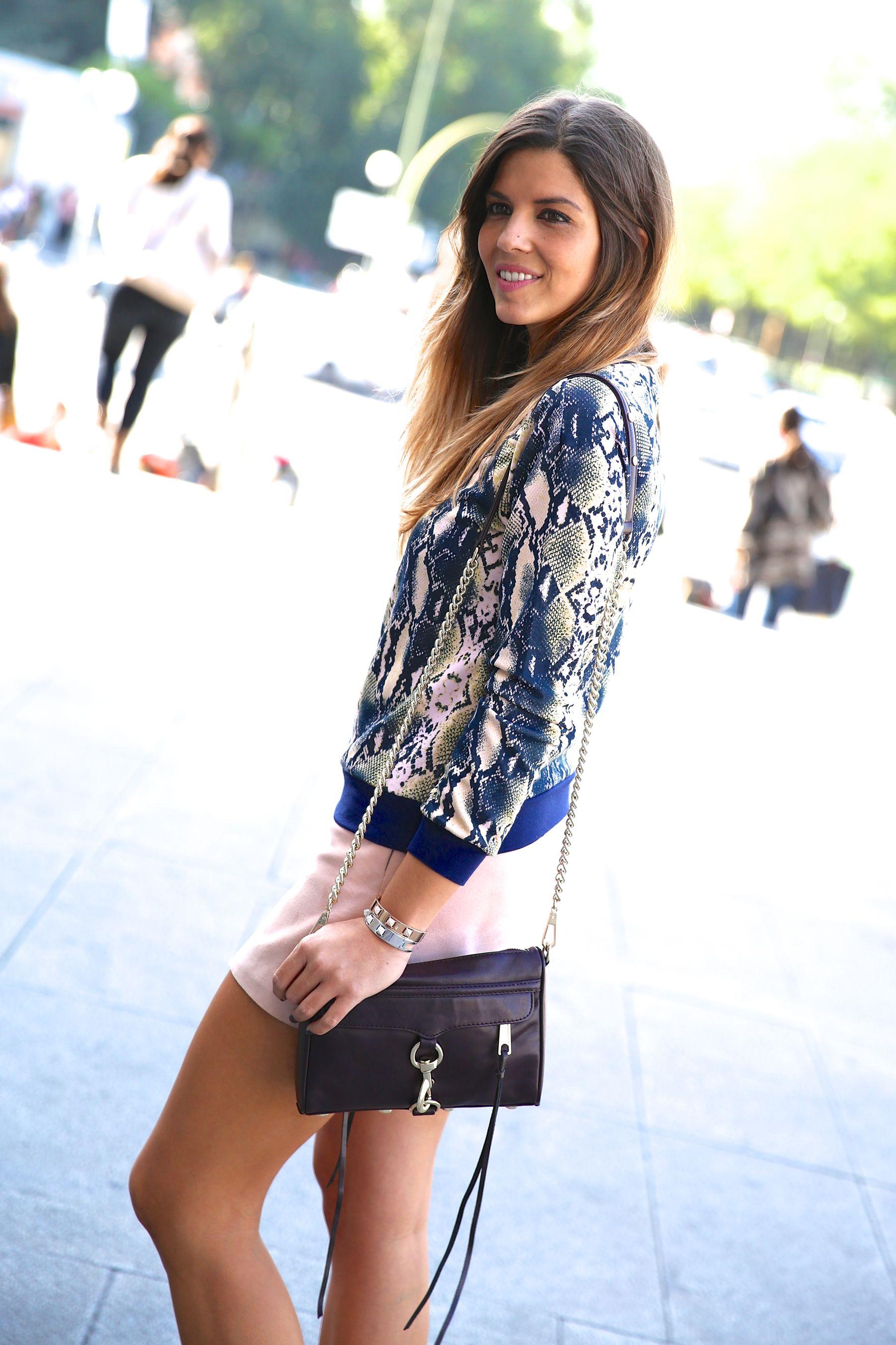 trendy_taste-look-outfit-street_style-ootd-blog-blogger-fashion_spain-moda_españa-girissima.com-sweatshirt-sudadera-estampado-crocodile-cocodrilo-botines-booties-pink_skirt-falda_rosa-5