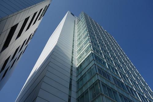 """Aoyama_9 青山にある高層ビルディングを撮影した写真。 """"ワールド北青山ビル""""。 直下斜め前方から見上げて撮影したもの。"""