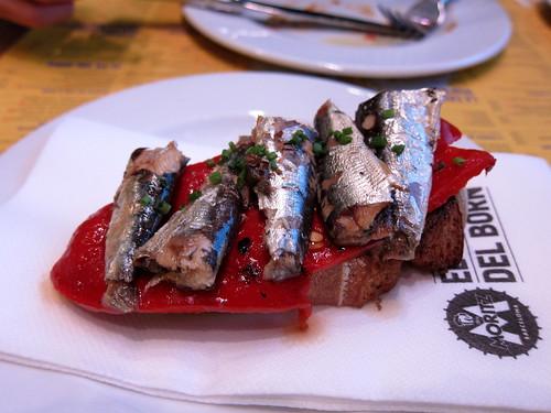 Llesca de pa amb sardina i piquillos