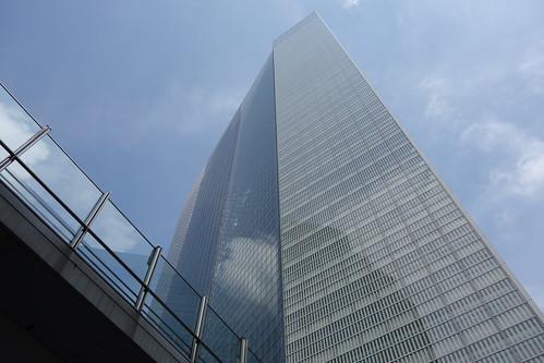 "Shimbashi_6 新橋で撮影した高層ビルディングの写真。 ""電通本社ビル""。 直下から見上げる角度で撮影。 全面ガラス張り。"