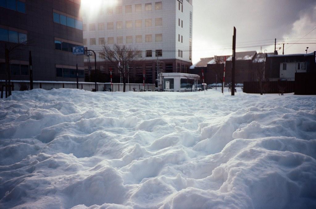 學園前 札幌 北海道 Sapporo, Japan / Kodak Pro Ektar / Lomo LC-A+ 有點好奇不是平整的雪,到底發生過什麼事情,可以如此的混亂。  喔,當時的心情其實也很混亂,還在思考怎麼讓妳知道。  Lomo LC-A+ Kodak Pro Ektar 100 8267-0004 2016-01-31 ~ 2016-02-02 Photo by Toomore