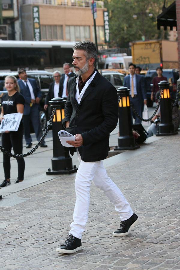 黒テーラードジャケット×白シャツ×白パンツ×黒スニーカー