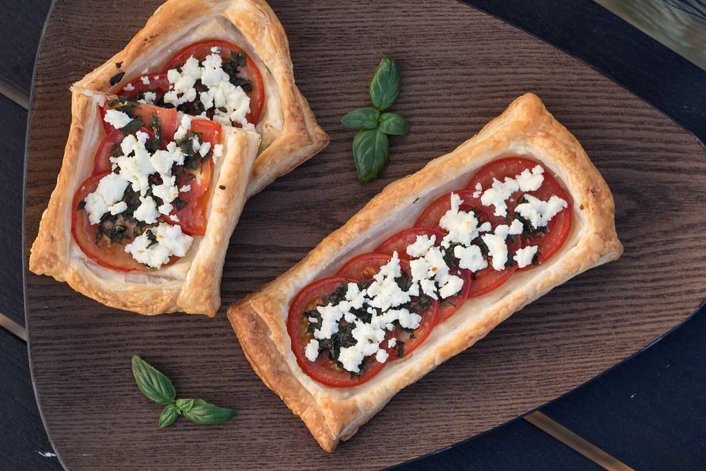 Butterdejstærter med tomat, basilikum og feta (10)