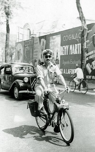 Saigon 1950s - Rue Catinat - Ông tây Không quân đi xe Solex