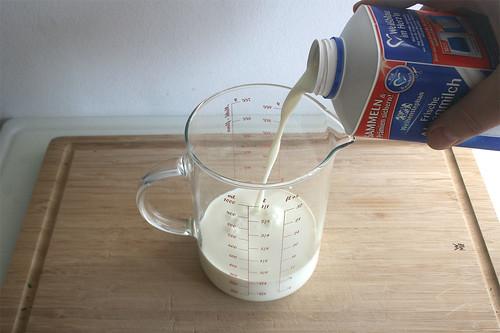 16 - Milch & Sahne in Gefäß geben / Mix milk & cream