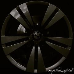 tire(0.0), automotive exterior(0.0), executive car(0.0), mid-size car(0.0), grille(0.0), bumper(0.0), bicycle wheel(0.0), wheel(1.0), rim(1.0), alloy wheel(1.0), circle(1.0), hubcap(1.0), spoke(1.0),