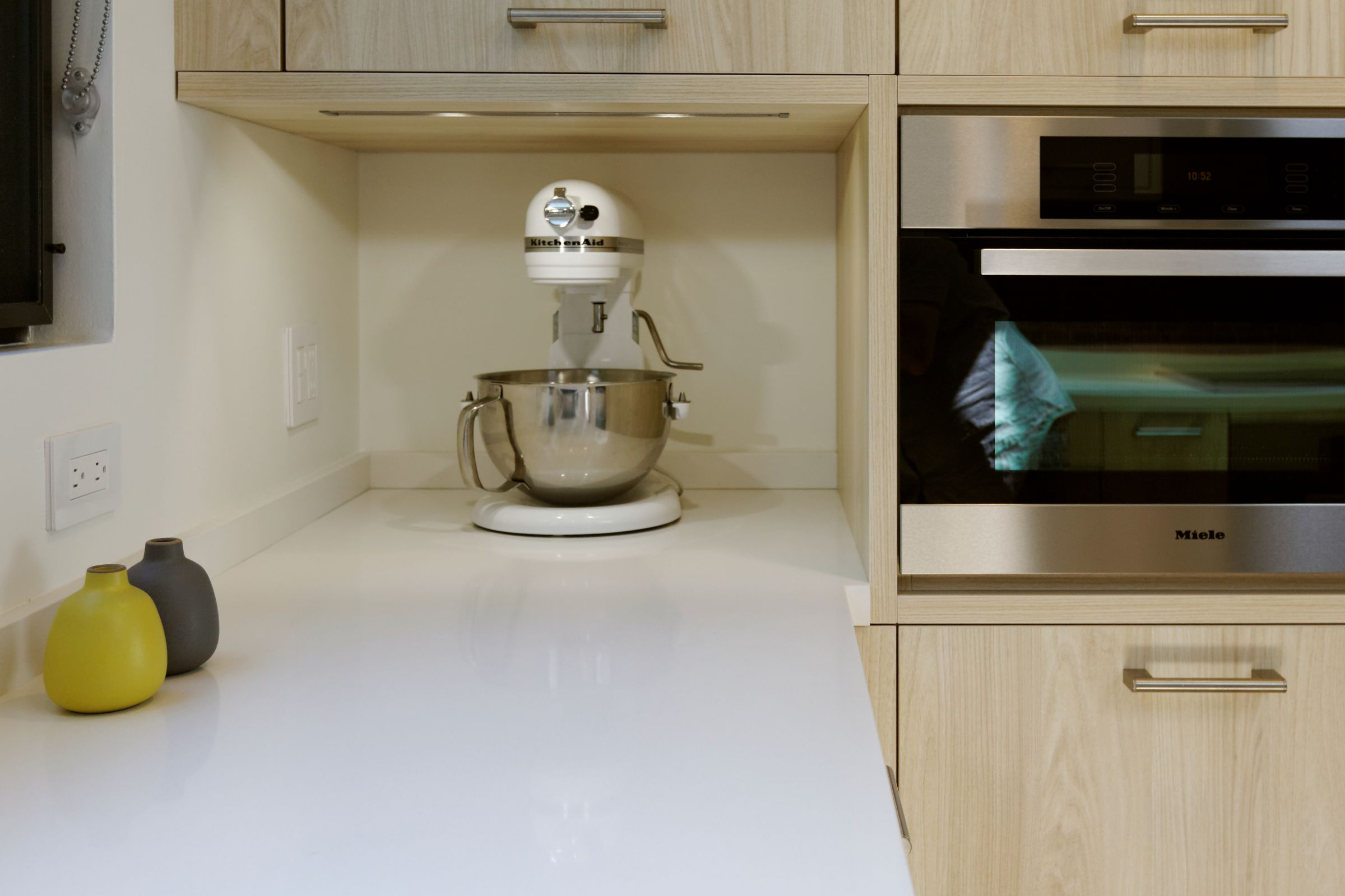 By running the countertop into the appliance niche, it is a breeze to keep the area clean.