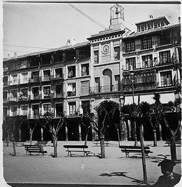Plaza de Zocodover en 1900. Fotografía de Augusto T. Arcimis © Fototeca del IPCE, MECD. Signatura ARC-0732_P