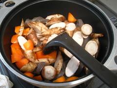 根菜を炒めます