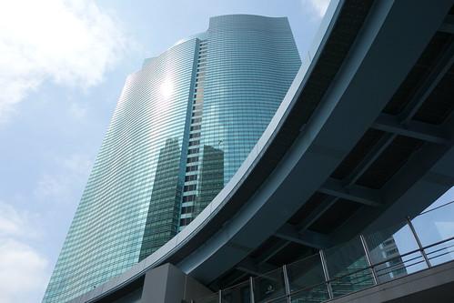 """Shimbashi_4 """"東京高速道路"""" と """"汐留シティセンター"""" のビルディングを見上げるようにして撮影した写真。 高速道路は手前へ向かって緩やかに弧を描いている。"""