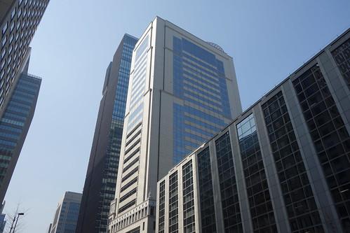 "Tokyo_8 東京都丸の内の高層ビルディング群を撮影した写真。 中央は ""大手町野村ビル"" である。"
