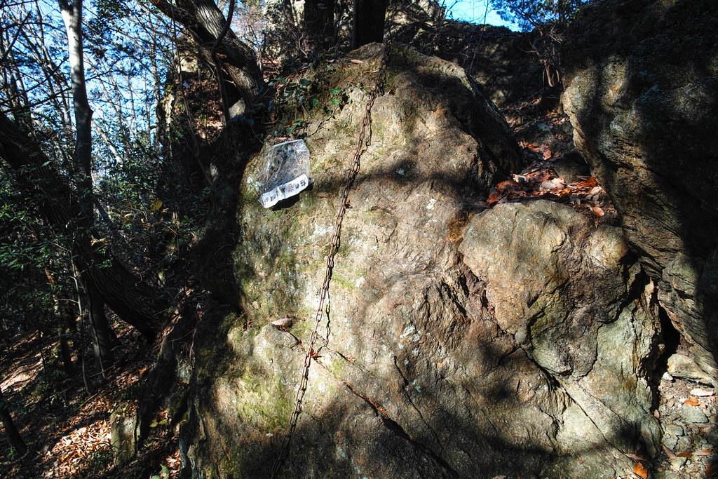 巨大な岩に括りつけられた鎖を使って登る