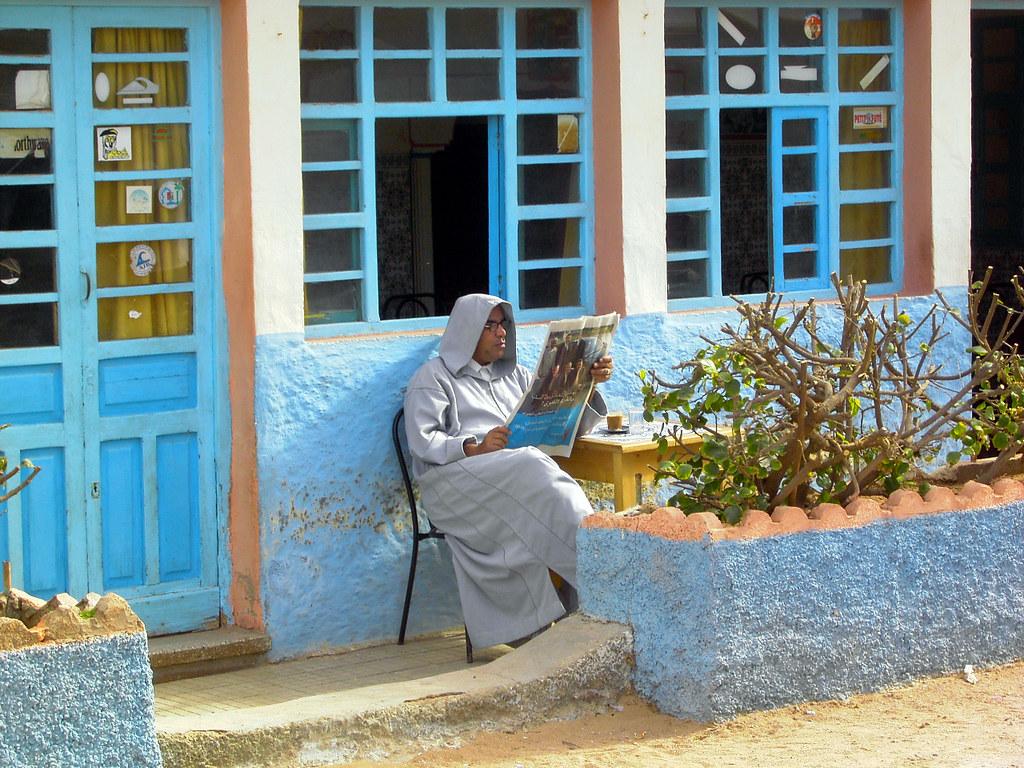 Chilaba y periódico