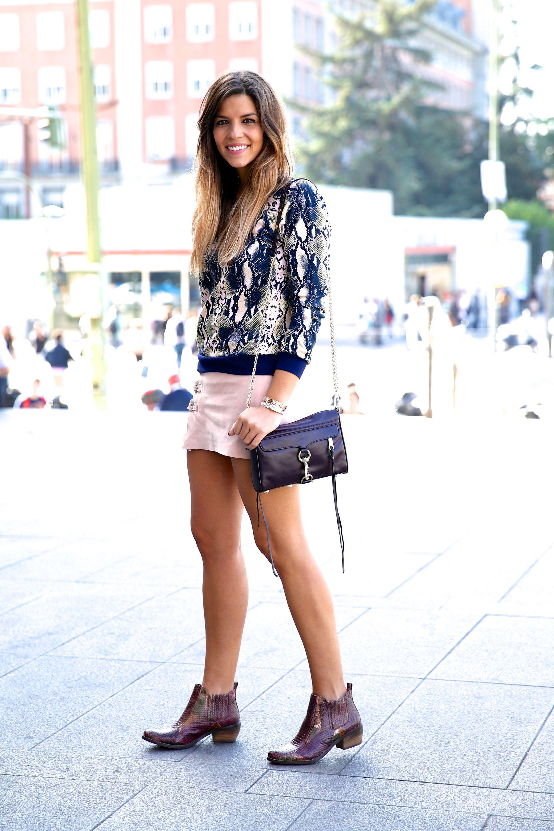 trendy_taste-look-outfit-street_style-ootd-blog-blogger-fashion_spain-moda_españa-girissima.com-sweatshirt-sudadera-estampado-crocodile-cocodrilo-botines-booties-pink_skirt-falda_rosa-10