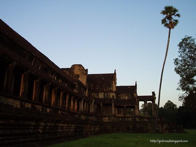 Одна из многочисленных галерей Ангкора