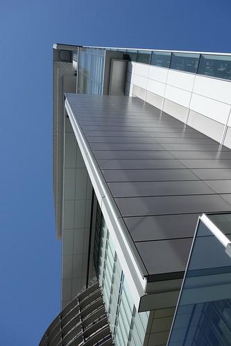 "Shibuya_1 渋谷で撮影した高層ビルディングの写真。 ""Shibuya Hikarie""。 ビルディング直下から直上を見上げて撮影したもの。"