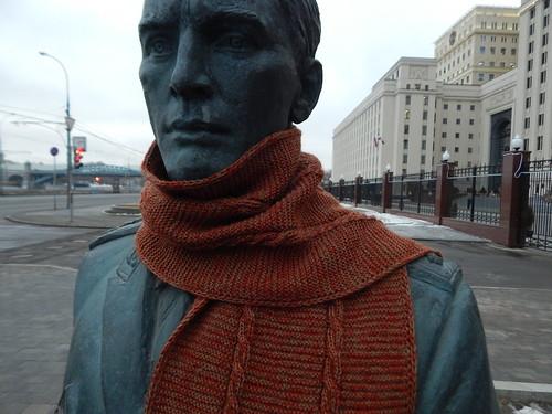 шарф на памятнике крупно