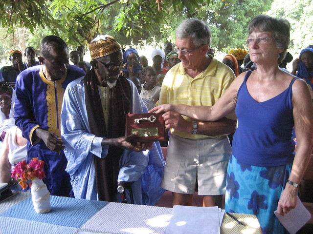 Famara receiving the key from Julie Henson