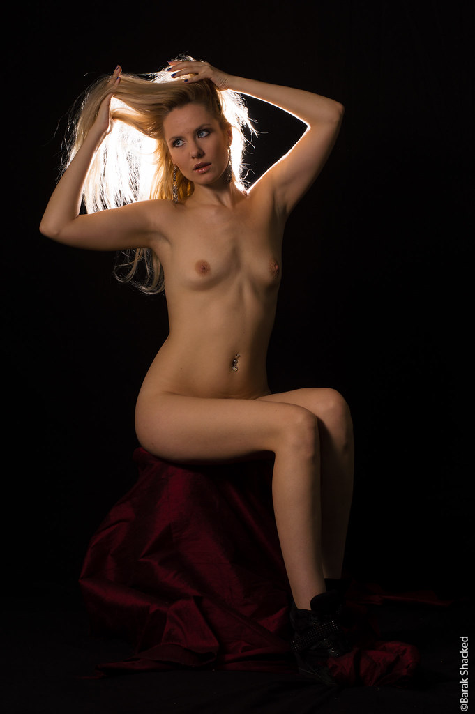 nude portrate blonde