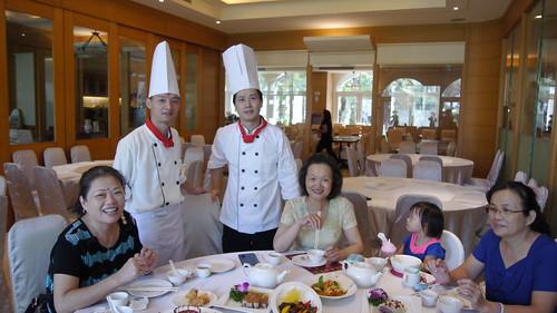 台南商務會館港式飲茶-主廚介紹與拿手菜推薦-與廚師合照1--創意料理達人-徐偉傑師傅 (左2)、港澳點心達人-梁德然師傅(左3)