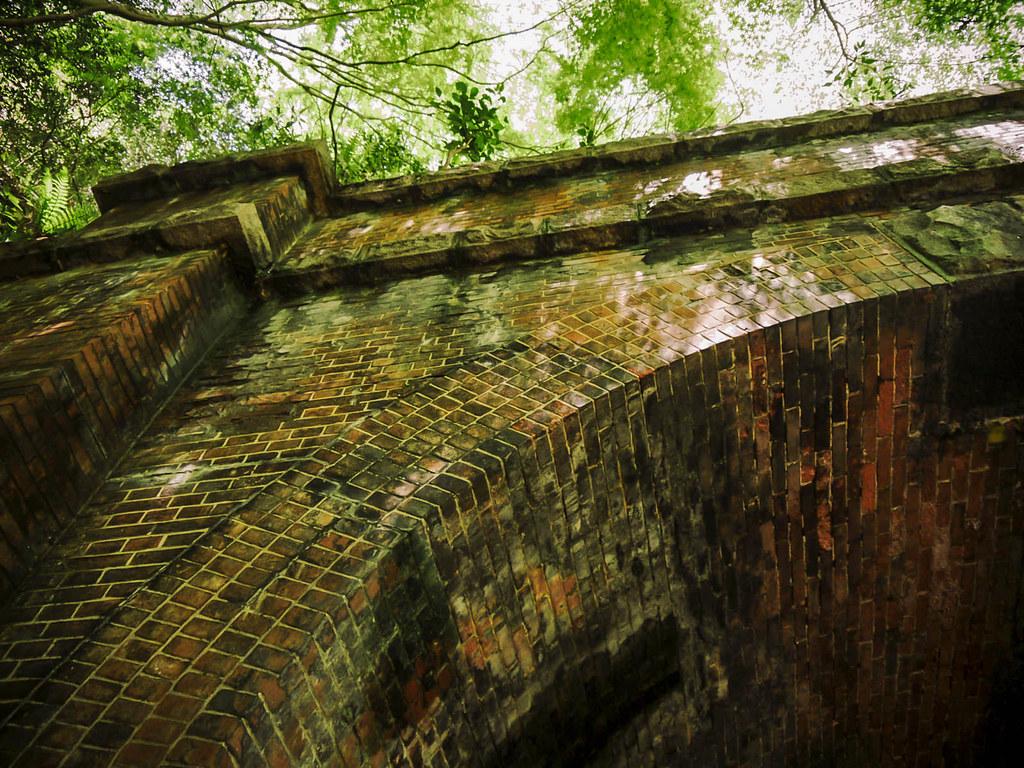 トンネルを形成する重厚なレンガ