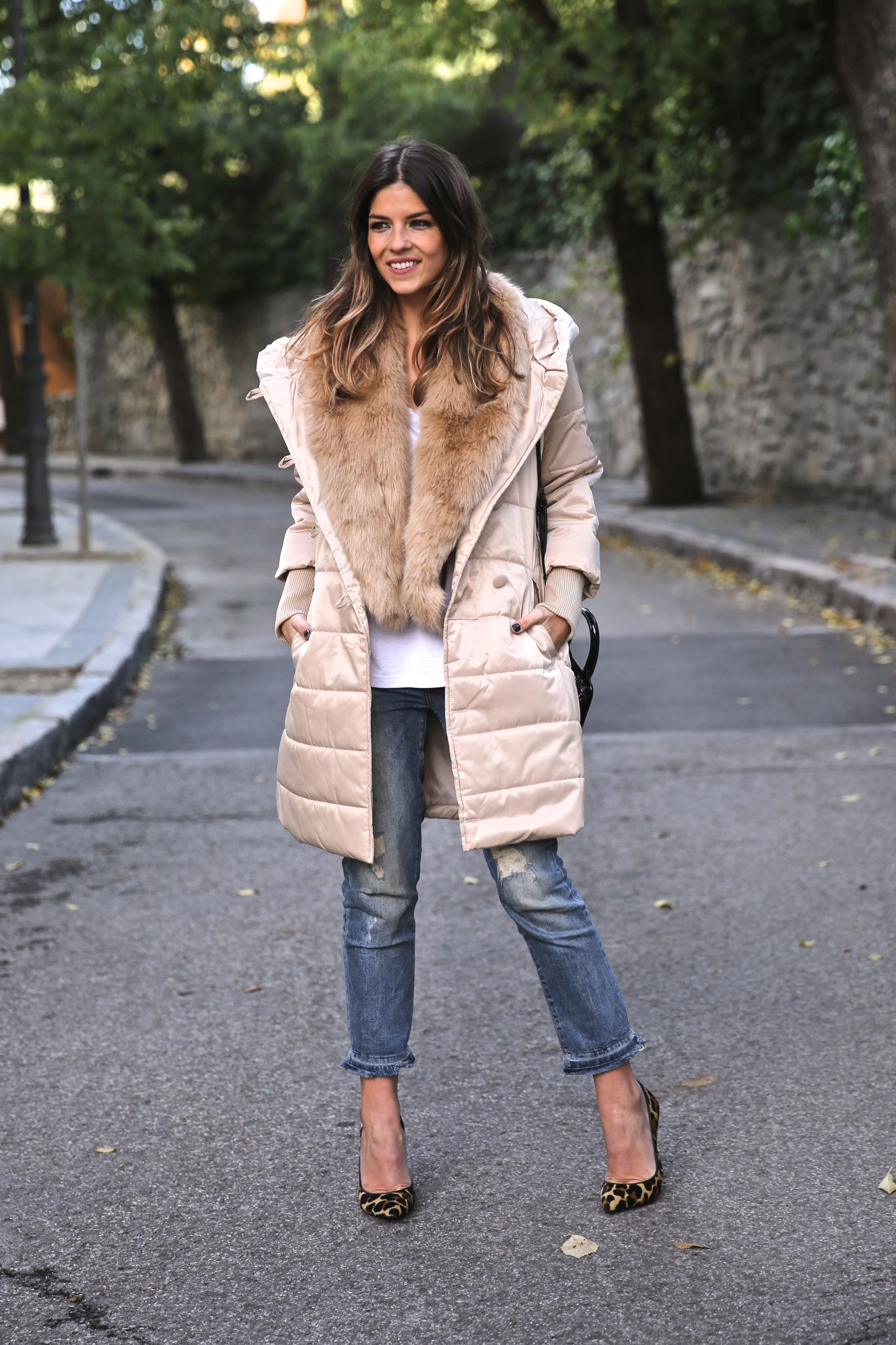 Winter look with beige coat, boyfriend jeans and leo pumps. Look de invierno con abrigo beige, vaqueros boyfriend y estiletos leopardo