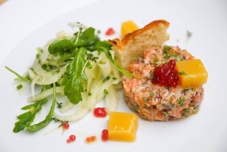 Tartar z lososa (Ocean48), crostini, fenyklový salát