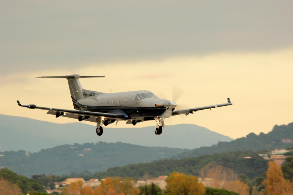 Pilatus PC12 15845454555_ef3ab17ffc_b