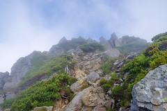 ワリモ岳山頂付近の岩場へ